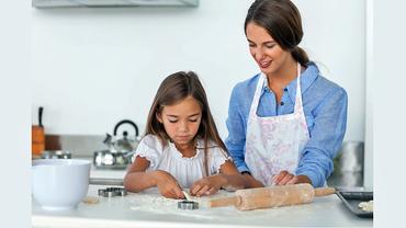 Mutter und Tochter beim Kuchen backen