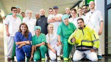 Gruppenbild Pflegekräfte und Servicebeschäftigte an der Uniklinik Düsseldorf