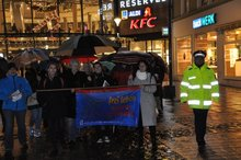 """Solidaritätsmarsch am 25. November 2017 in Kaiserslautern, Tag nein zu Gewalt an Frauen, Frauen mit Transparent von Terre des Femmes """"frei leben ohne Gewalt"""""""