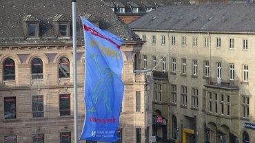 blaue Fahne von terre des Femmes Nein zu Gewalt an Frauen, stilisierter Frauenkörper