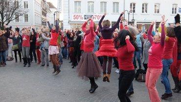 Frauen, die auf der Straße tanzen