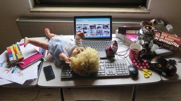 Schreibtisch mit PC und Kinderspielzeug